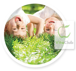 copii si iarba verde