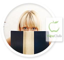 femeie citeste o carte