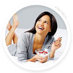 femeie mananca iaurt